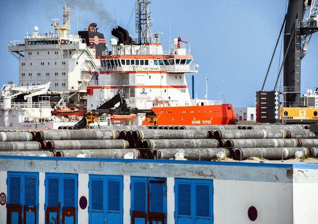 Tàu phá băng Yuri Topchev tại cảng Mukran của Đức, trung tâm hậu cần dự án Dòng Bắc 2