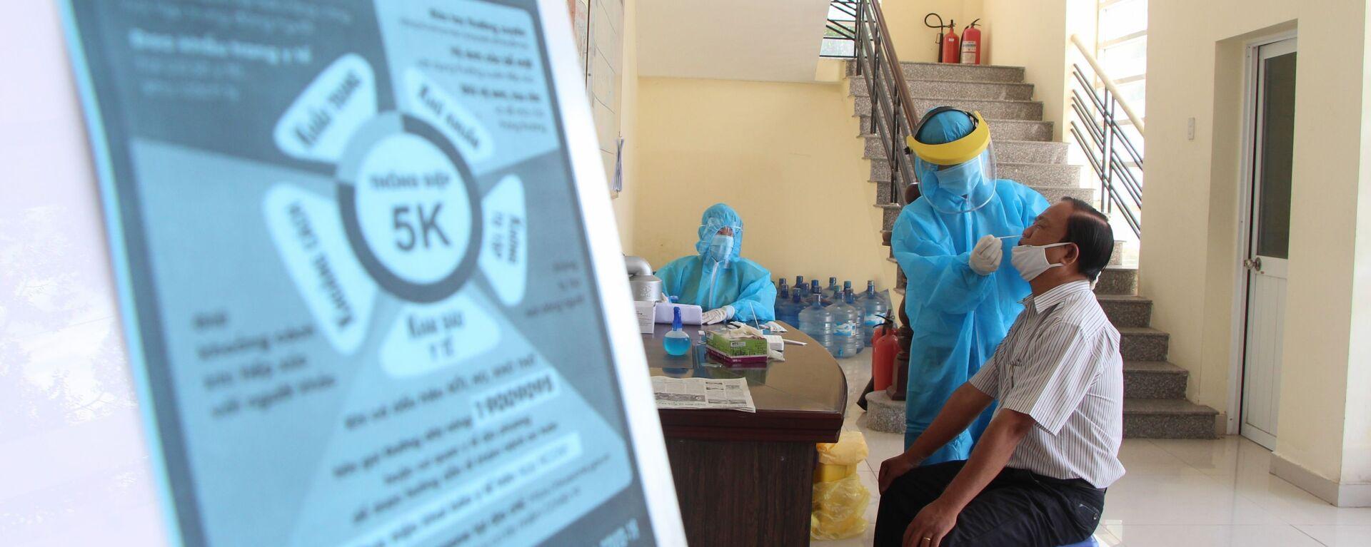 Cán bộ, viên chức các cơ quan trong tỉnh Hậu Giang thực hiện xét nghiệm trong lần xét nghiệm diện rộng đợt 3 - Sputnik Việt Nam, 1920, 06.09.2021