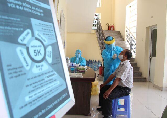 Cán bộ, viên chức các cơ quan trong tỉnh Hậu Giang thực hiện xét nghiệm trong lần xét nghiệm diện rộng đợt 3