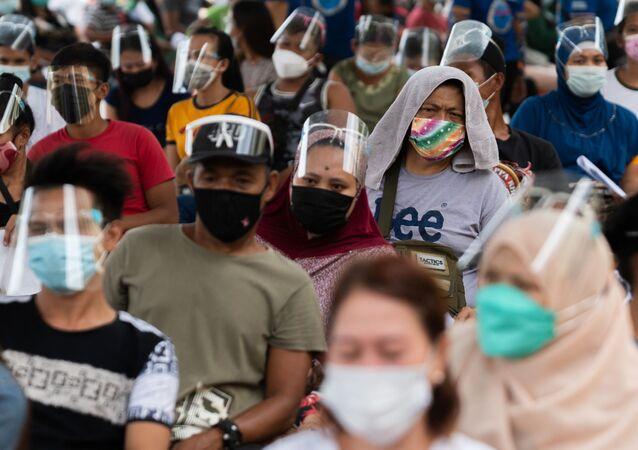 Người Philippines xếp hàng nhận hỗ trợ tiền mặt từ chính phủ sau hai tuần cách ly