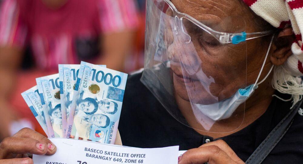 Phụ nữ Philippines nhận hỗ trợ tiền mặt từ chính phủ sau hai tuần cách ly