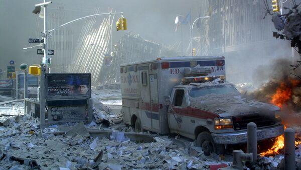 Chiếc xe cứu thương hư hỏng và con phố đổ nát sau khi sụp đổ tòa nhà Trung tâm Thương mại Thế giới ở New York - Sputnik Việt Nam