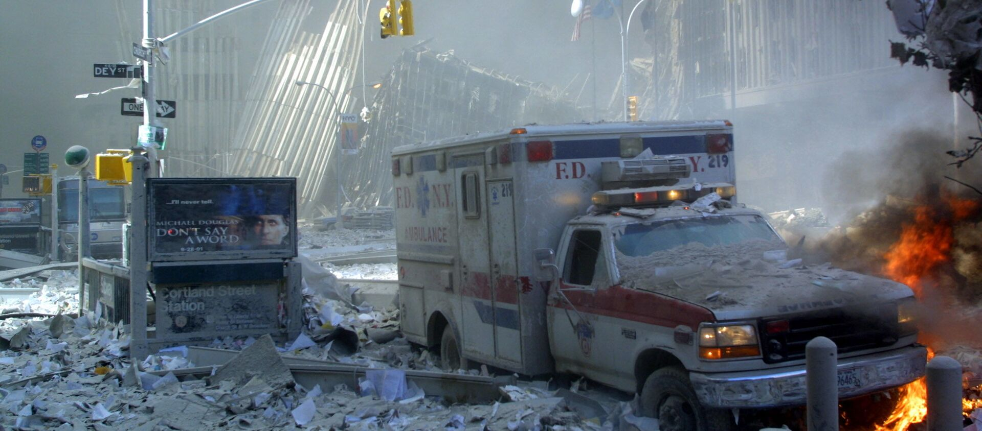 Chiếc xe cứu thương hư hỏng và con phố đổ nát sau khi sụp đổ tòa nhà Trung tâm Thương mại Thế giới ở New York - Sputnik Việt Nam, 1920, 11.09.2021