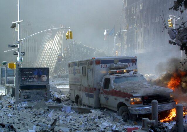Chiếc xe cứu thương hư hỏng và con phố đổ nát sau khi sụp đổ tòa nhà Trung tâm Thương mại Thế giới ở New York