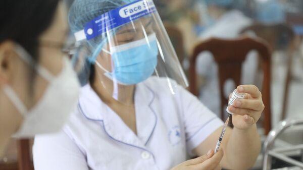 Nhân viên y tế tiêm vaccine phòng COVID-19 cho người dân phường Yên Hoà (Cầu Giấy) ngày 7/9/2021 - Sputnik Việt Nam