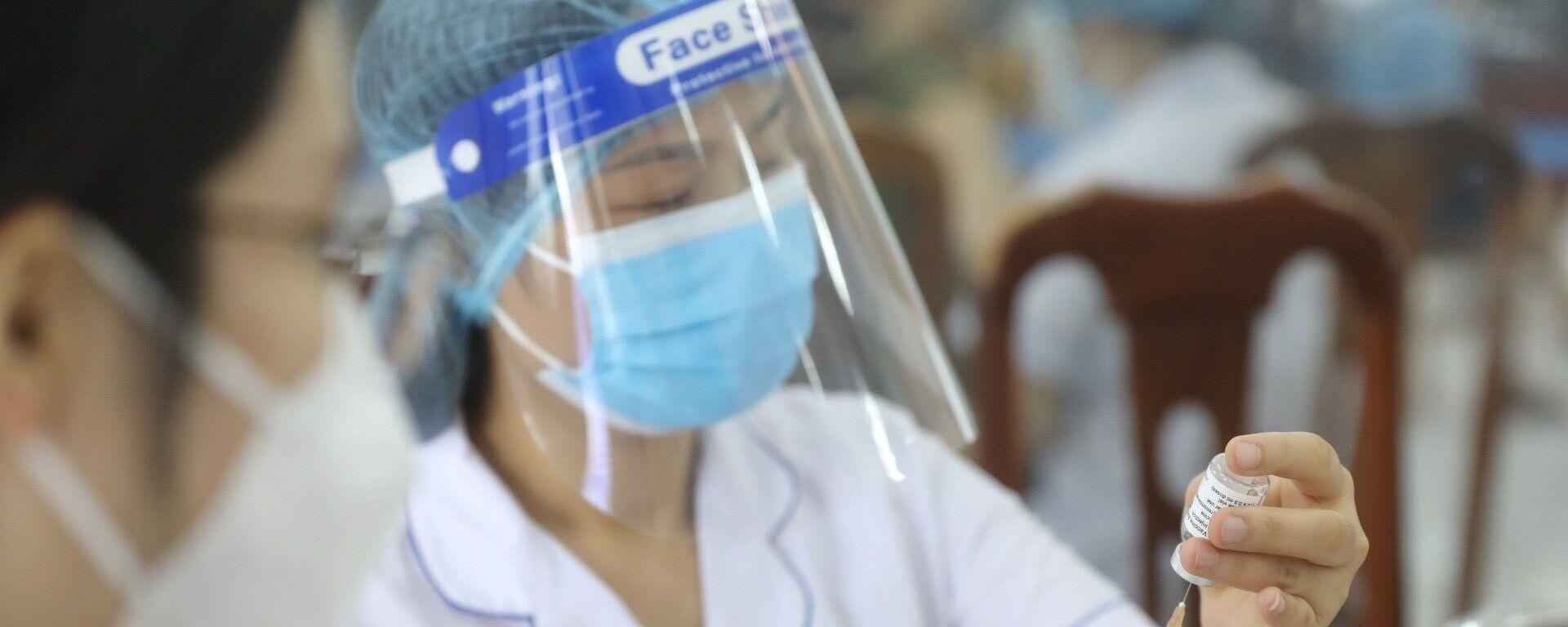 Nhân viên y tế tiêm vaccine phòng COVID-19 cho người dân phường Yên Hoà (Cầu Giấy) ngày 7/9/2021 - Sputnik Việt Nam, 1920, 14.09.2021