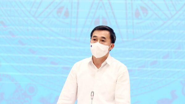 Thứ trưởng Bộ Y tế Trần Văn Thuấn trả lời câu hỏi của các phóng viên của cơ quan thông tấn, báo chí.  - Sputnik Việt Nam