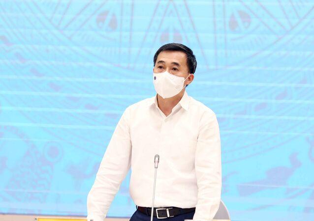Thứ trưởng Bộ Y tế Trần Văn Thuấn trả lời câu hỏi của các phóng viên của cơ quan thông tấn, báo chí.