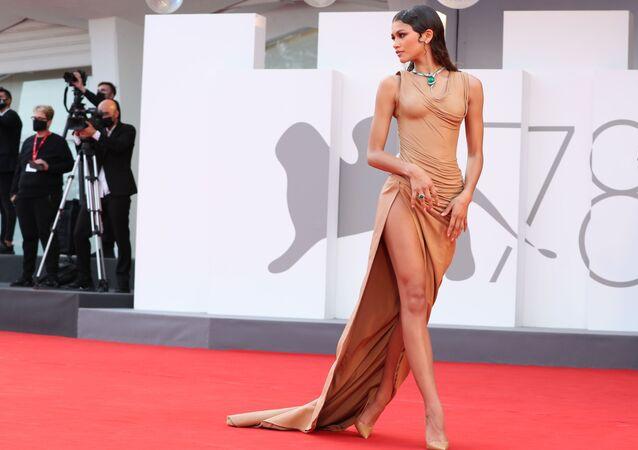 Nữ diễn viên Zendaya trên thảm đỏ Liên hoan phim Venice