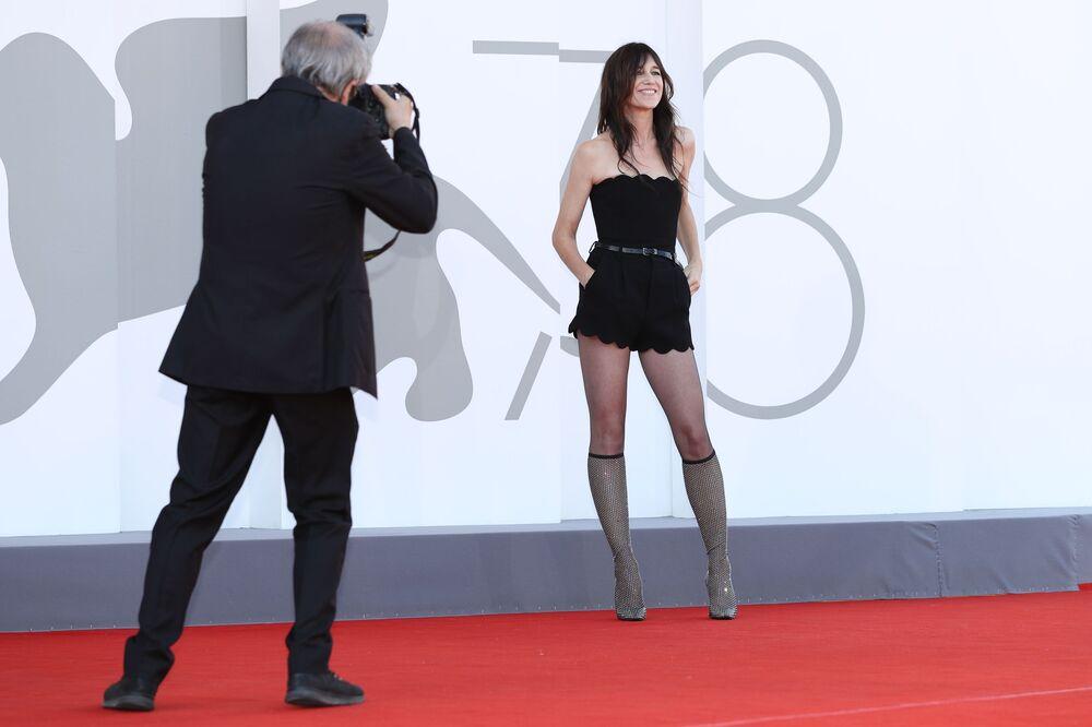 Nữ diễn viên Charlotte Gainsbourg trên thảm đỏ Liên hoan phim Venice
