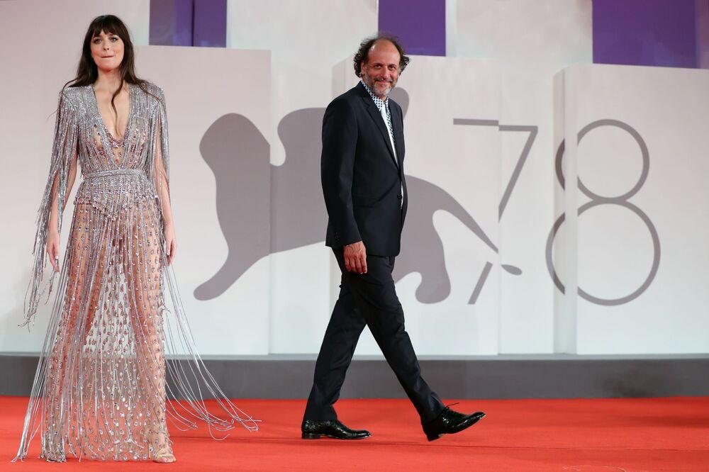 Nữ diễn viên Mỹ Dakota Johnson và đạo diễn Ý Luca Guadagnino tại Liên hoan phim quốc tế Venice lần thứ 78