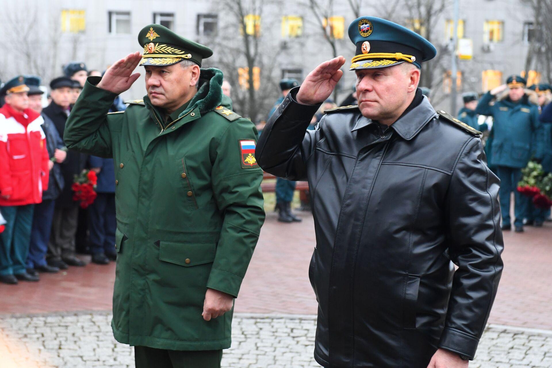 Bộ trưởng Quốc phòng Sergei Shoigu và Bộ trưởng Các tình trạng khẩn cấp Yevgeny Zinichev - Sputnik Việt Nam, 1920, 05.10.2021