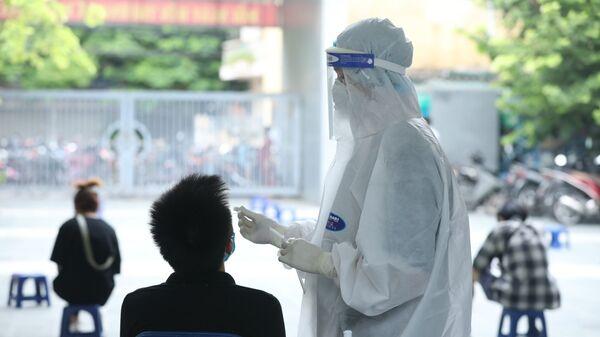 Nhân viên y tế lấy mẫu xét nghiệm cho người dân phường Yên Hoà (Cầu Giấy)  - Sputnik Việt Nam