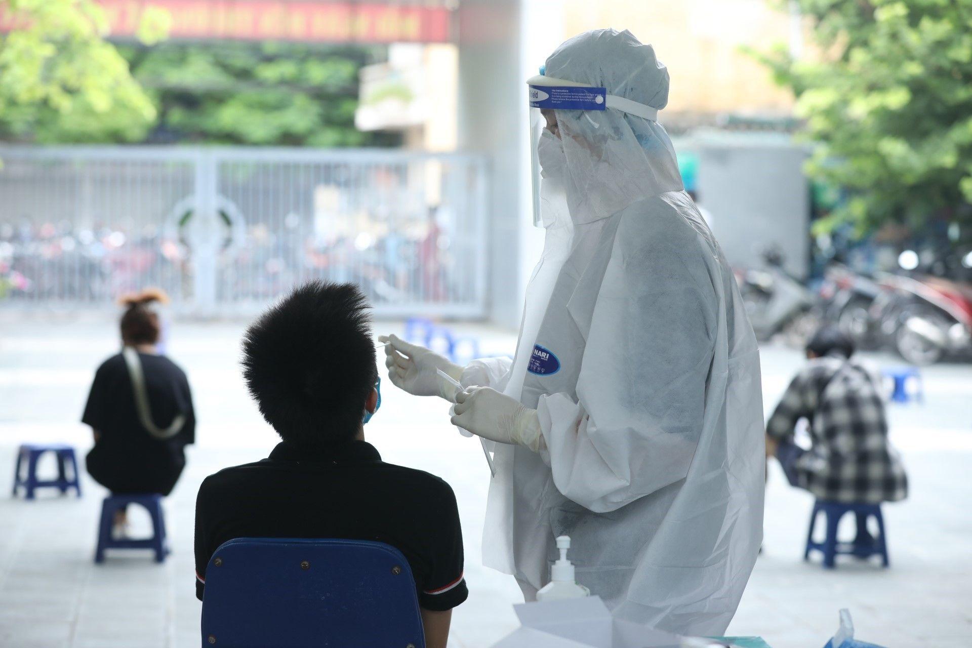 Nhân viên y tế lấy mẫu xét nghiệm cho người dân phường Yên Hoà (Cầu Giấy)  - Sputnik Việt Nam, 1920, 05.10.2021