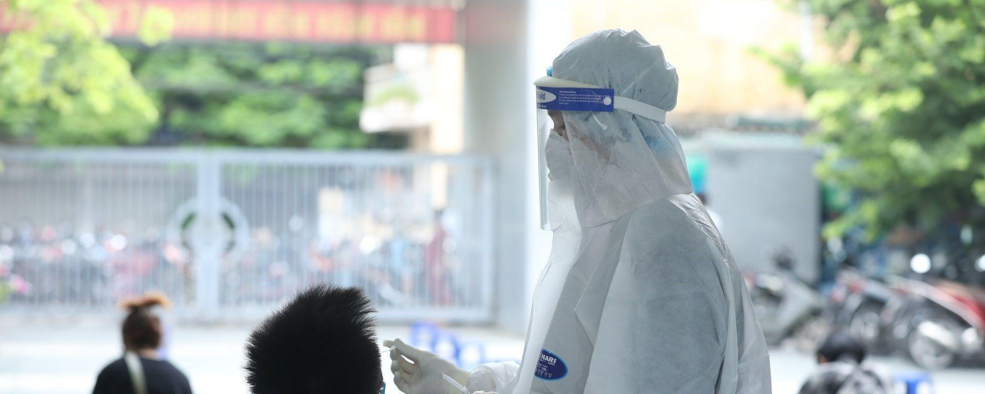 Nhân viên y tế lấy mẫu xét nghiệm cho người dân phường Yên Hoà (Cầu Giấy)  - Sputnik Việt Nam, 1920, 30.09.2021