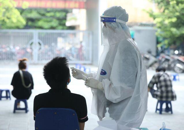 Nhân viên y tế lấy mẫu xét nghiệm cho người dân phường Yên Hoà (Cầu Giấy)
