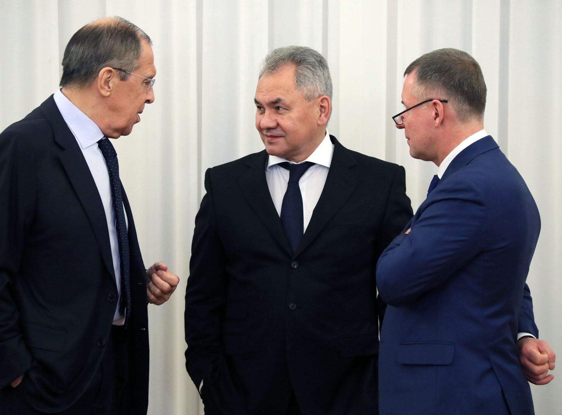 Sergei Lavrov, Sergei Shoigu và Yevgeniy Zinichev trước cuộc họp - Sputnik Việt Nam, 1920, 05.10.2021