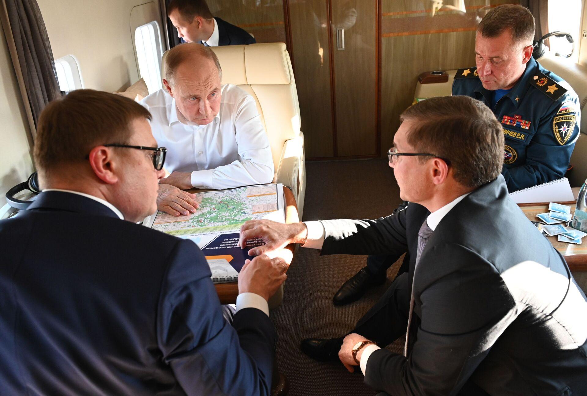 Evgeny Zinichev (phải) đồng hành cùng Vladimir Putin trong chuyến bay trực thăng qua các khu vực thuộc tỉnh Chelyabinsk bị ảnh hưởng bởi cháy rừng - Sputnik Việt Nam, 1920, 05.10.2021
