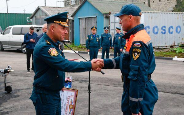 Yevgeny Zinichev trong lễ trao giải cho lực lượng cứu hộ trên đảo Kunashir - Sputnik Việt Nam