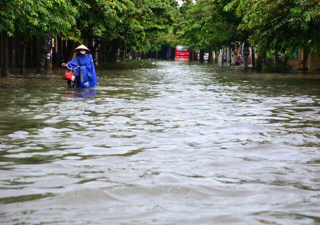 Mưa lớn khiến phố Máy Tơ, thành phố Nam Định bị ngập sâu trong nước, các phương tiện di chuyển khó khăn