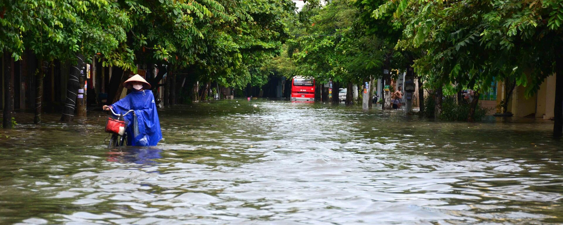 Mưa lớn khiến phố Máy Tơ, thành phố Nam Định bị ngập sâu trong nước, các phương tiện di chuyển khó khăn - Sputnik Việt Nam, 1920, 09.09.2021