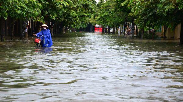 Mưa lớn khiến phố Máy Tơ, thành phố Nam Định bị ngập sâu trong nước, các phương tiện di chuyển khó khăn - Sputnik Việt Nam