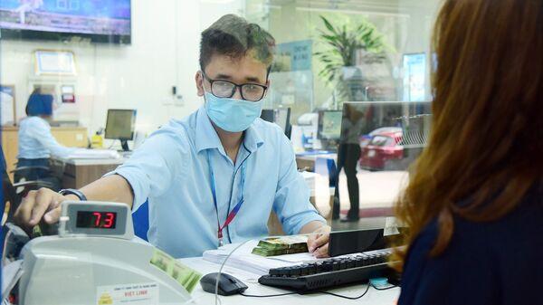 Khách hàng giao dịch tại ngân hàng - Sputnik Việt Nam