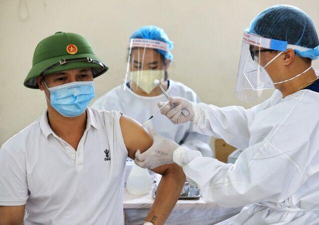 Nhân viên y tế tỉnh Bắc Giang tiến hành tiêm vaccine phòng COVID-19 cho người dân quận Long Biên
