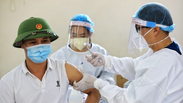 Nhân viên y tế tỉnh Bắc Giang tiến hành tiêm vaccine phòng COVID-19 cho người dân quận Long Biên - Sputnik Việt Nam
