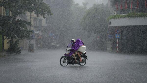 Người dân đi xe tay ga trong cơn mưa tầm tã ở Hà Nội, Việt Nam  - Sputnik Việt Nam