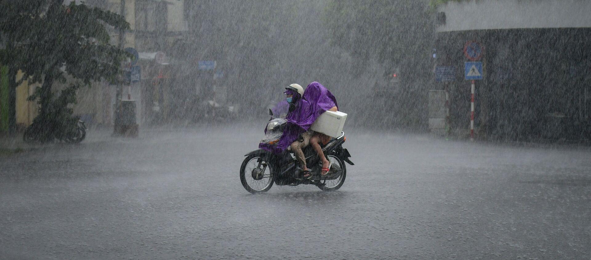 Người dân đi xe tay ga trong cơn mưa tầm tã ở Hà Nội, Việt Nam  - Sputnik Việt Nam, 1920, 12.09.2021