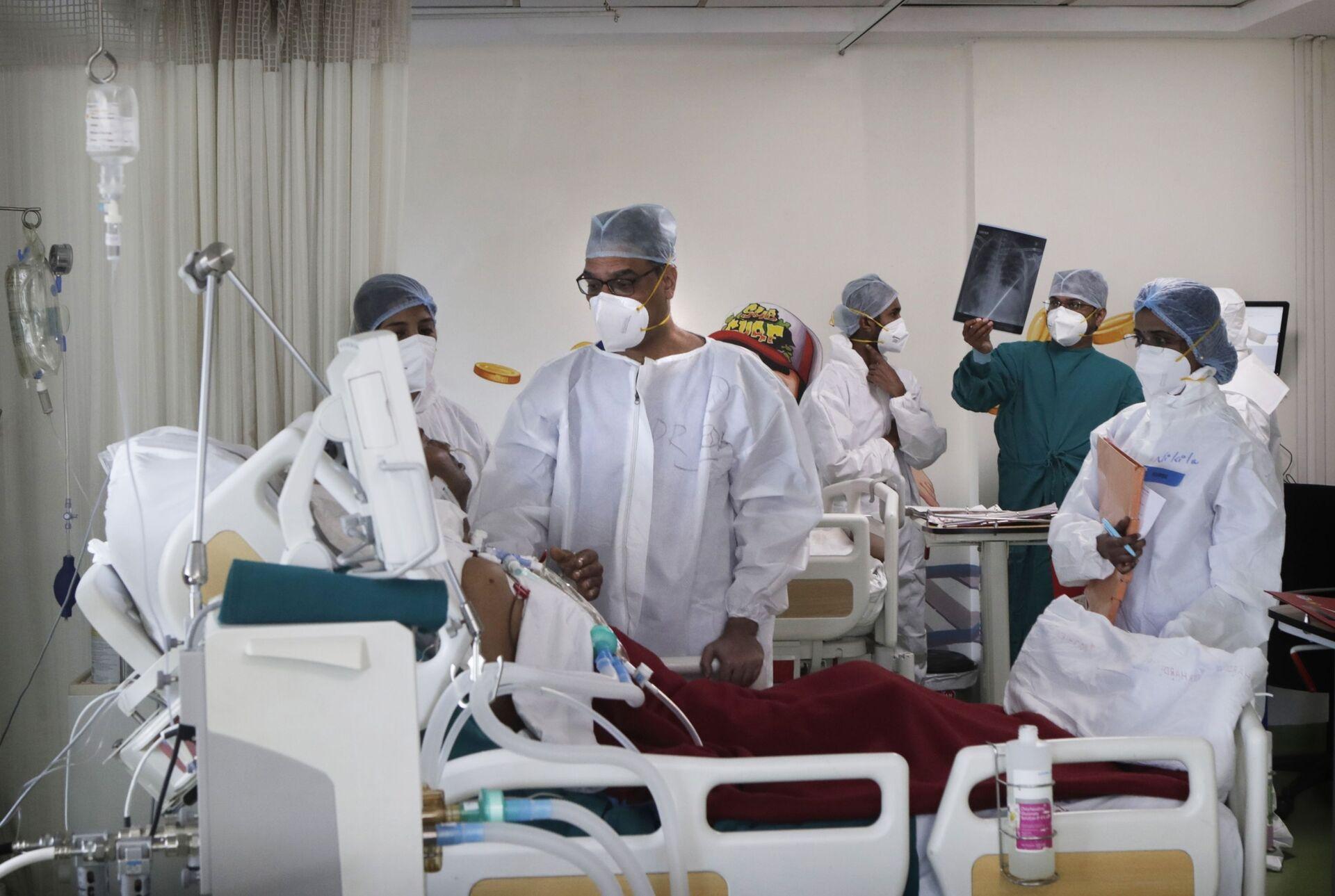 Bác sĩ thăm khám bệnh nhân trong phòng chăm sóc đặc biệt của một bệnh viện ở Mumbai, Ấn Độ - Sputnik Việt Nam, 1920, 05.10.2021