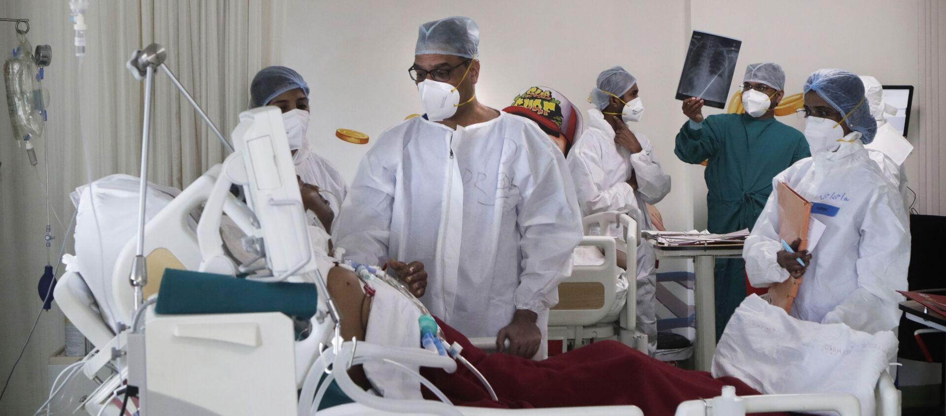 Bác sĩ thăm khám bệnh nhân trong phòng chăm sóc đặc biệt của một bệnh viện ở Mumbai, Ấn Độ - Sputnik Việt Nam, 1920, 10.09.2021