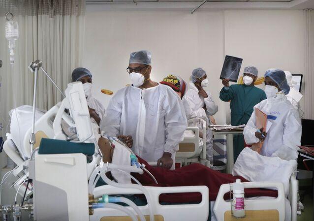 Bác sĩ thăm khám bệnh nhân trong phòng chăm sóc đặc biệt của một bệnh viện ở Mumbai, Ấn Độ
