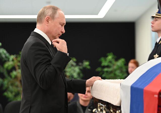 Tổng thống Vladimir Putin tại lễ viếng người đứng đầu Bộ Tình trạng khẩn cấp Nga Yevgeny Zinichev