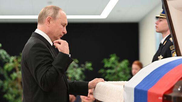 Tổng thống Vladimir Putin tại lễ viếng người đứng đầu Bộ Tình trạng khẩn cấp Nga Yevgeny Zinichev - Sputnik Việt Nam