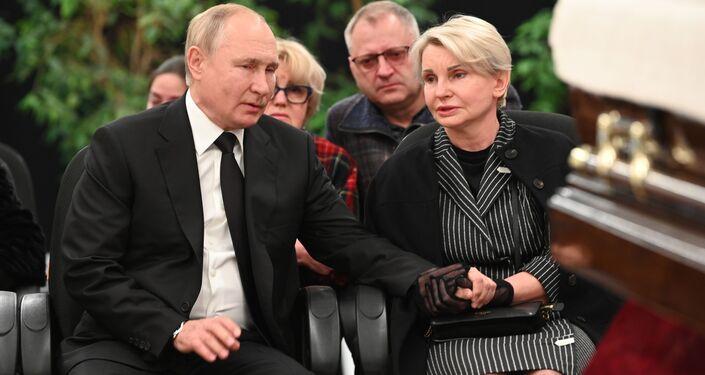 Tổng thống Vladimir Putin và bà Natalya, góa phụ của Zinichev tại lễ viếng Bộ trưởng Bộ Khẩn cấp Nga Yevgeny Zinichev
