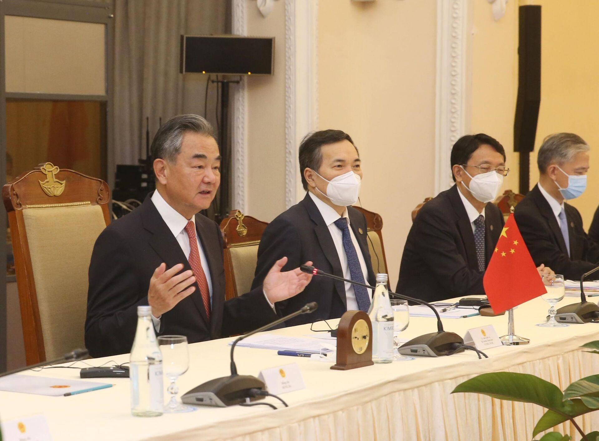 Bộ trưởng Ngoại giao Trung Quốc Vương Nghị phát biểu tại cuộc hội đàm với Bộ trưởng Ngoại giao Bùi Thanh Sơn. - Sputnik Việt Nam, 1920, 05.10.2021