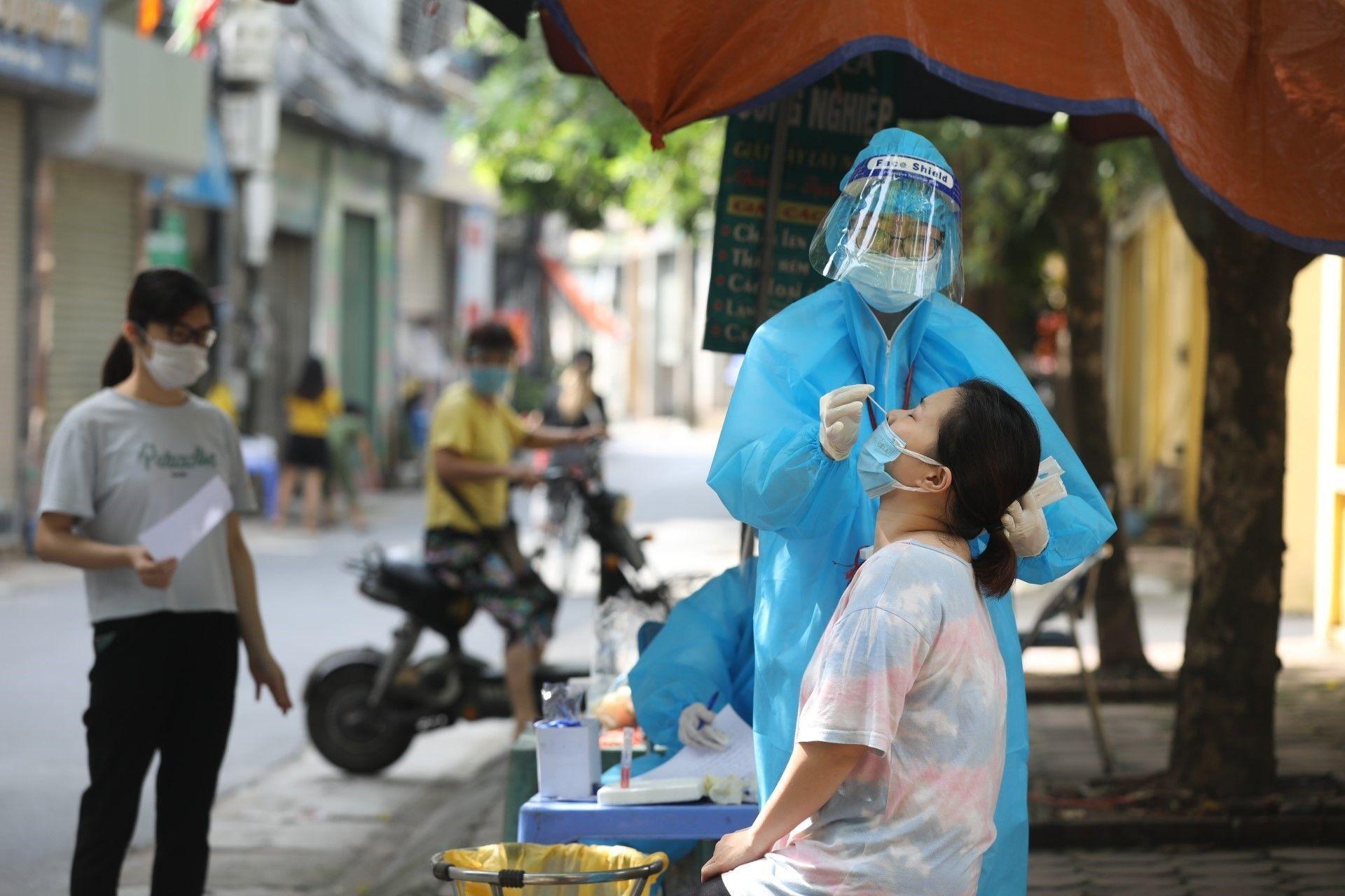 Nhân viên y tế lấy mẫu xét nghiệm COVID-19 cho người dân xóm 7A, thôn Yên Ngưu, xã Tam Hiệp, huyện Thanh Trì, ngày 10/9/2021 - Sputnik Việt Nam, 1920, 05.10.2021