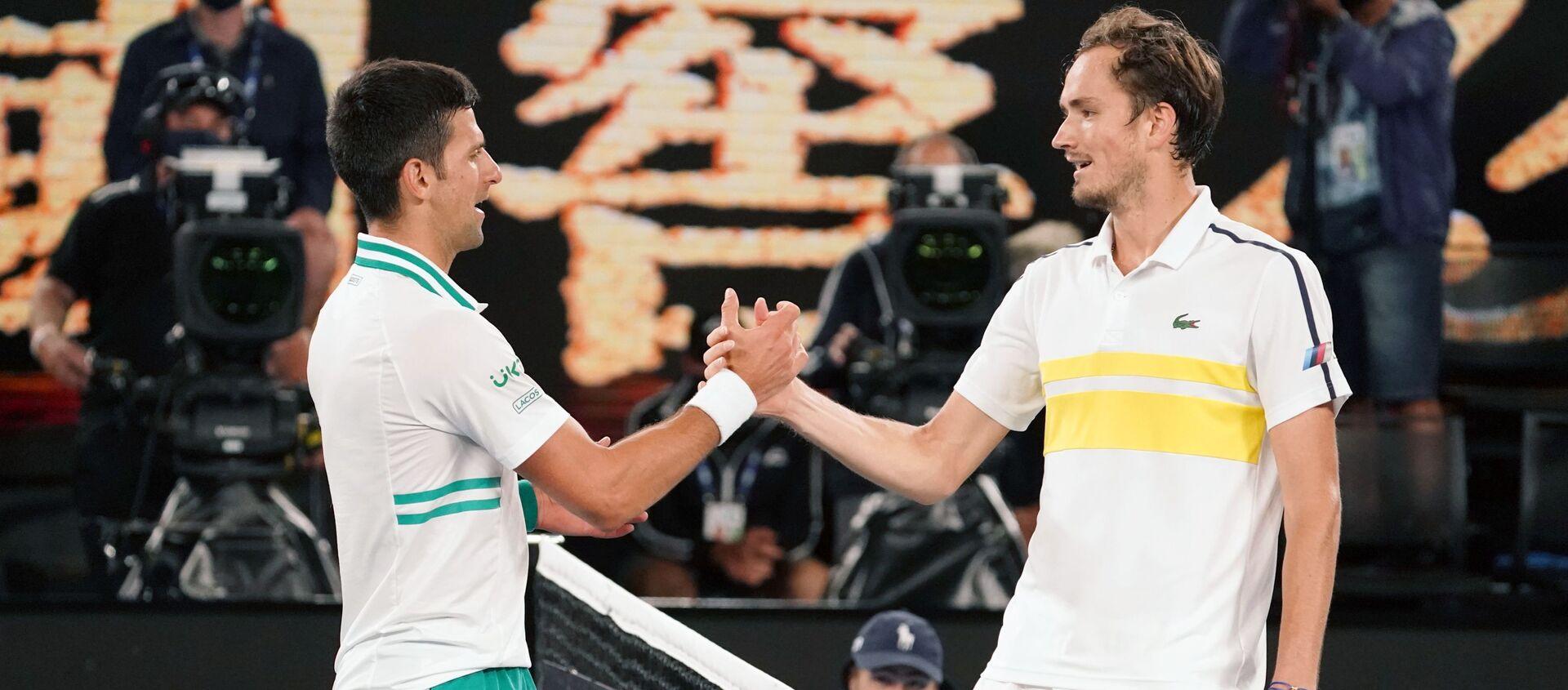 Các tay vợt Novak Djokovic và Daniil Medvedev sau trận chung kết giải quần vợt Australia Open 2021 - Sputnik Việt Nam, 1920, 11.09.2021