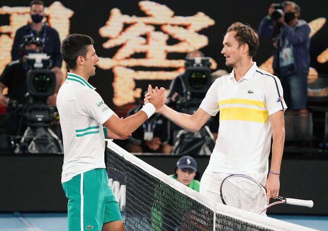 Các tay vợt Novak Djokovic và Daniil Medvedev sau trận chung kết giải quần vợt Australia Open 2021