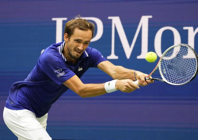 Tay vợt Nga Daniil Medvedev đấu với Felix Auger-Aliassime của Canada tại giải quần vợt US Open 2021