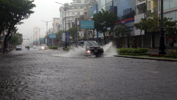 Tuyến đường Nguyễn Văn Linh (TP Đà Nẵng) bị ngập nước do mưa lớn liên tiếp - Sputnik Việt Nam