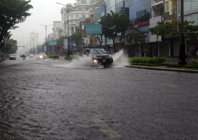 Tuyến đường Nguyễn Văn Linh (TP Đà Nẵng) bị ngập nước do mưa lớn liên tiếp