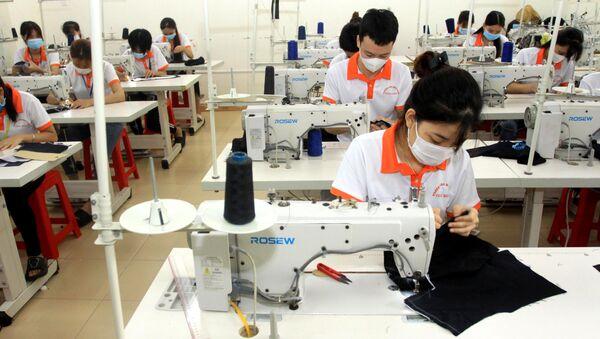 Sinh viên Khoa May, trường Cao đẳng Nghề Thái Bình trong giờ học thực hành của - Sputnik Việt Nam