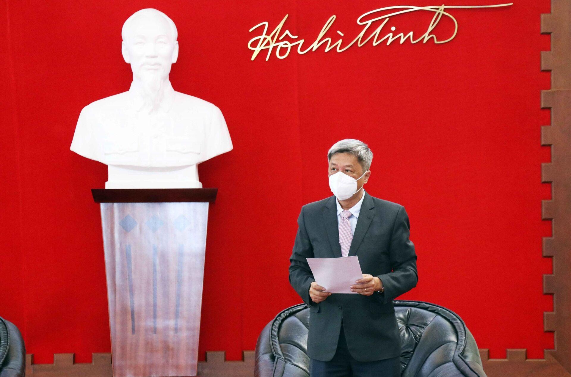 Ông Nguyễn Trường Sơn, Thứ trưởng Bộ Y tế phát biểu tại buổi lễ tiếp nhận số thiết bị, vật tư y tế do Chính phủ Ba Lan tặng Việt Nam - Sputnik Việt Nam, 1920, 05.10.2021