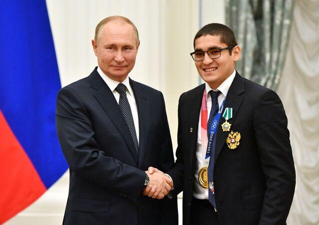Tổng thống Nga Vladimir Putin và nhà vô địch Olympic Tokyo Albert Batyrgaziev