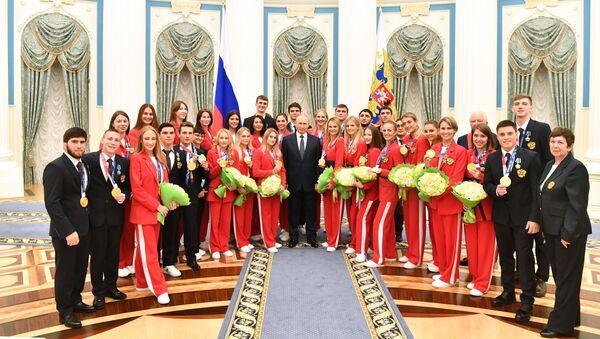 Vladimir Putin trao giải thưởng nhà nước cho các vận động viên Nga đã giành huy chương vàng tại Thế vận hộiTokyo - Sputnik Việt Nam