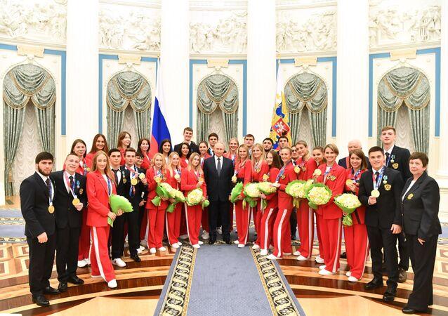 Vladimir Putin trao giải thưởng nhà nước cho các vận động viên Nga đã giành huy chương vàng tại Thế vận hộiTokyo