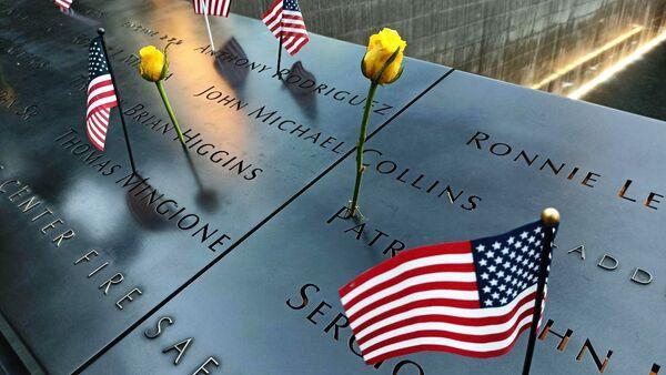 Sự kiện tưởng niệm 20 năm vụ tấn công khủng bố ngày 11 tháng 9 năm 2001 ở New York, cạnh Đài tưởng niệm và Bảo tàng - Sputnik Việt Nam